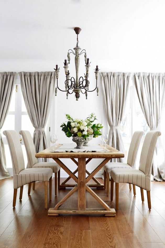 Table en bois style ferme/Chaises pâles/Luminaire