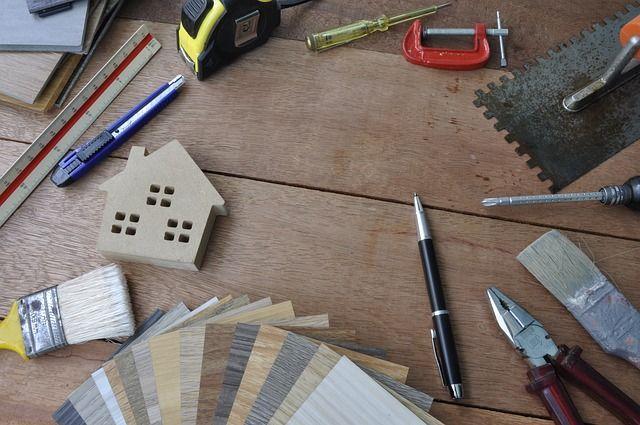 Plan de travail avec un assortiment de bois.