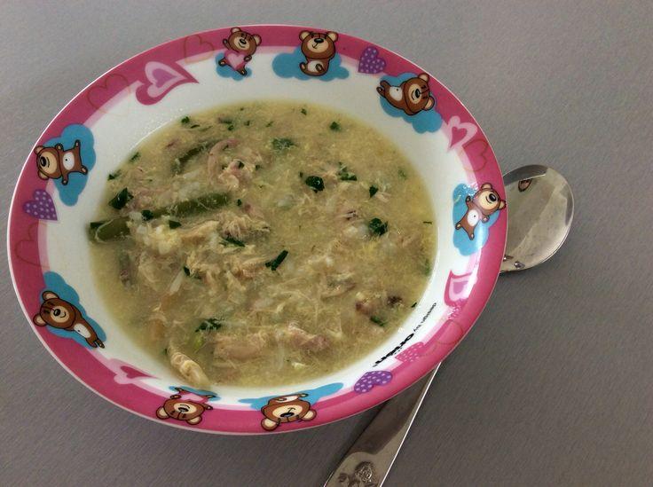 Polévka na způsov avgolemono - kuřecí vývar s masem, zelenými fazolkami, rýží, petrželkou a vejcem s citrónovou šťávou