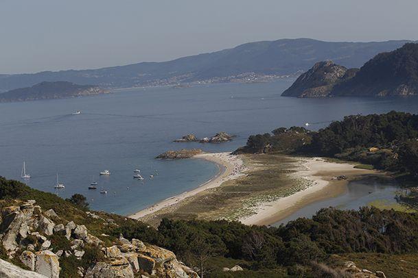 Vista general de la playa de Rodas, la isla Sur y la boca Sur de la ría de Vigo. http://www.vivirgaliciaturismo.com/senderismo-en-islas-cies/
