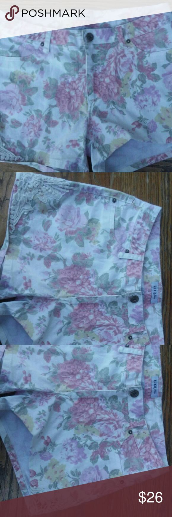Suko Jeans womens floral shorts size 8 White floral short shorts unique pair of awesome colorful shorts suko jeans Shorts