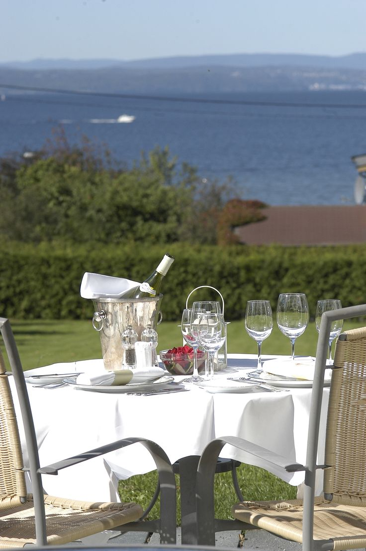 Romantic dinner with a beautiful sea view.