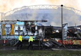 24-Jan-2015 13:49 - BRAND SUPPORTERSHOME IS AANGESTOKEN. De brand in het supportershome van Ajax is aangestoken. Dat blijkt volgens de politie uit forensisch onderzoek. Wie de brand heeft gesticht is nog onbekend. De politie roept getuigen op zich te melden. De brand in het clubhuis brak uit in de nacht van donderdag op vrijdag. Het supportershome in de buurt van de Amsterdam Arena werd door de brand volledig verwoest.