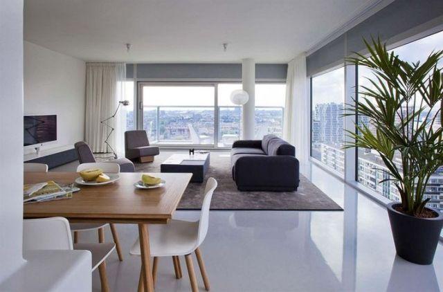 un revêtement de sol blanc en résine dans le salon ouvert sur la salle à manger