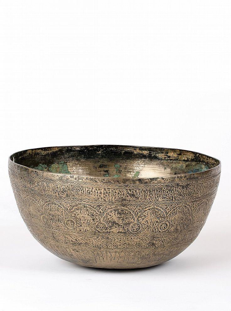 MAMLUK BRASS BOWL, 15TH CENTURY Dimensions: 12.5 cm height23 cm diameter I  Albahie Auction House