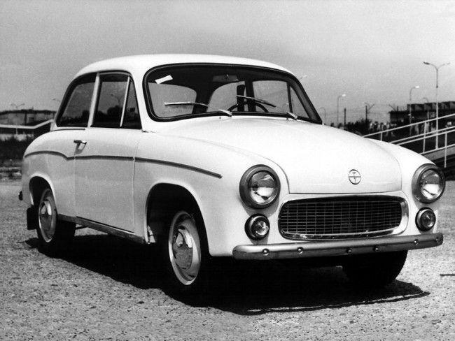 """1953-ban indult a tervezés, de a típussorozatot indító 100-as modell csak 1958-ra készült el. Folyamatosan """"korszerűsítették"""", de 1983-ban már az FSO is jobbnak látta lezárni a történetet. Összesen 511 ezer Syrena készült"""