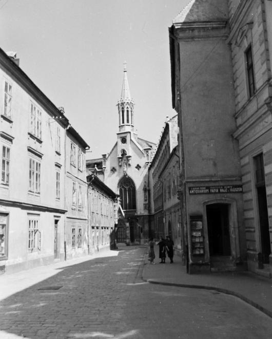 Fegyvertár utca, szemben a Szent Orsolya-templom.
