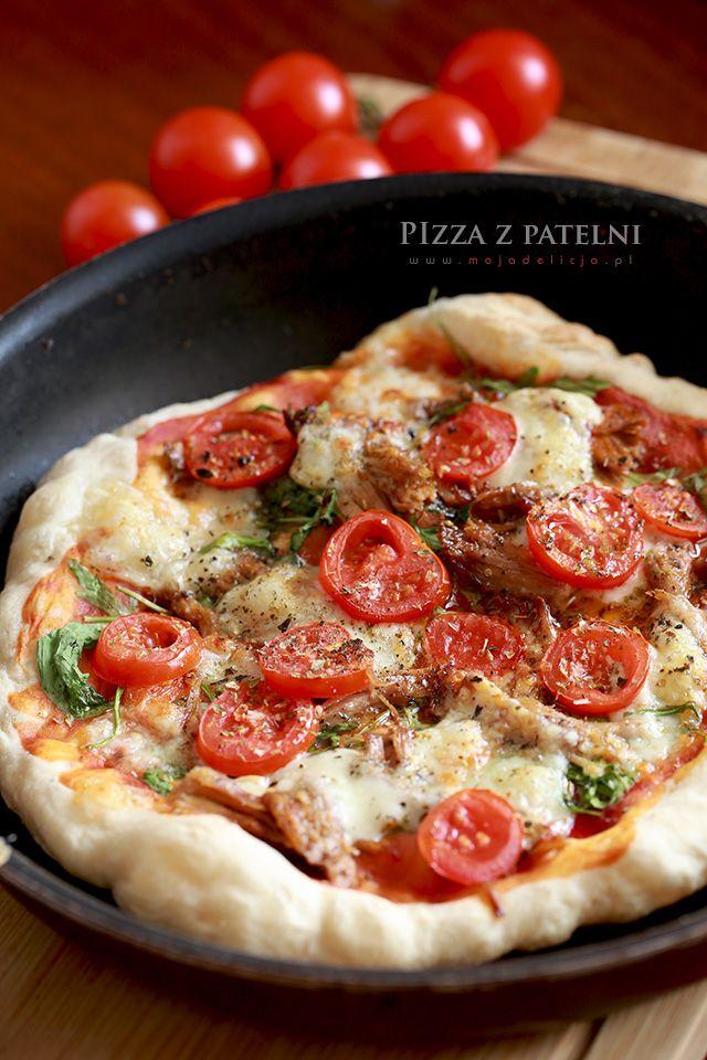 Chyba wszyscy lubią pizzę. A najlepsza jest ta, przygotowana we własnym domu. Nie wiedziałam jednak, że pizze można również przyrządzić na patelni. Przygotowane spody na pizzę podgrzewa się właśnie na patelni przystosowanej do pieczenia w piecu, a gdy na cieście pojawią się bąbelki, dodaje się wszystkie dodatki. Następnie taką pizze wkłada się na kilka minut...