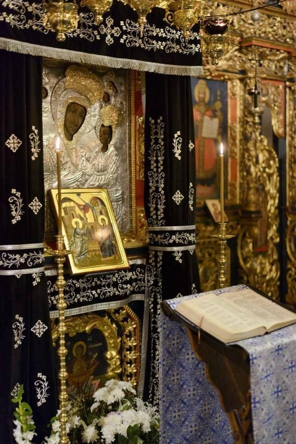 """Icoana """"Maica Domnului cu Pruncul"""" de la Mănăstirea Putna  Provenienţă: după tradiţie, a fost adusă în Moldova, odată cu zestrea sa, de către Maria de Mangop, cea de a doua soţie a lui Ştefan cel Mare, care ar fi dăruit-o Mănăstirii Putna."""