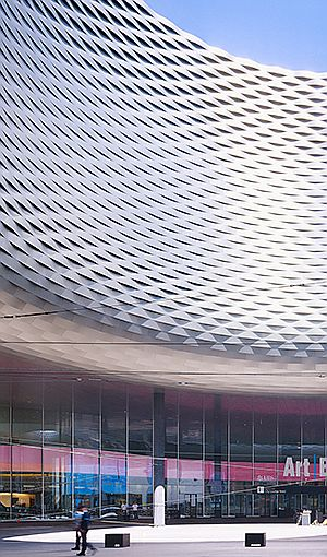 MESSE BASEL, NEW HALL BY HERZOG & DE MEURON (Julien Lanoo Photography) Acabado exterior de láminas de metal deployé XXL, aplicado sobre superficie curva.