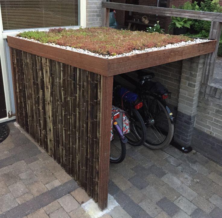 Fietsenstalling met groen dak en bamboe scherm. Zelfbouw