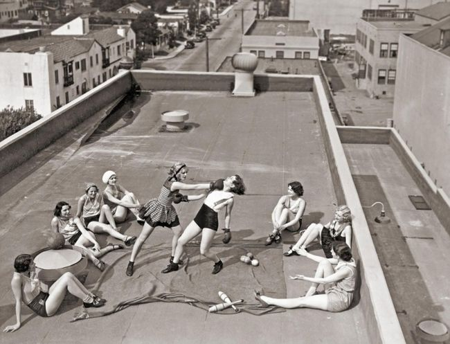 19.) Women boxing on a Los Angeles rooftop in 1933.