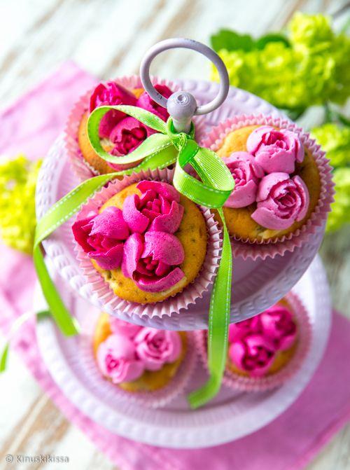 Ruusumuffinsit  Tämän kesän ehdoton koristeluhitti on aiheeltaan kukikas. Jos kermaruusujen pursottelu on koetellut kärsivällisyyttäsi tai et ole rohjennut siihen ryhtyä, suosittelen seuraavaksi askeleeksi Russian tip -tylloja. Niillä saa uskomattoman taidokkaita ruusuja yhdellä pursotuspussin puristuksella. Naurettavan helppoa ja samalla häikäisevän kaunista.