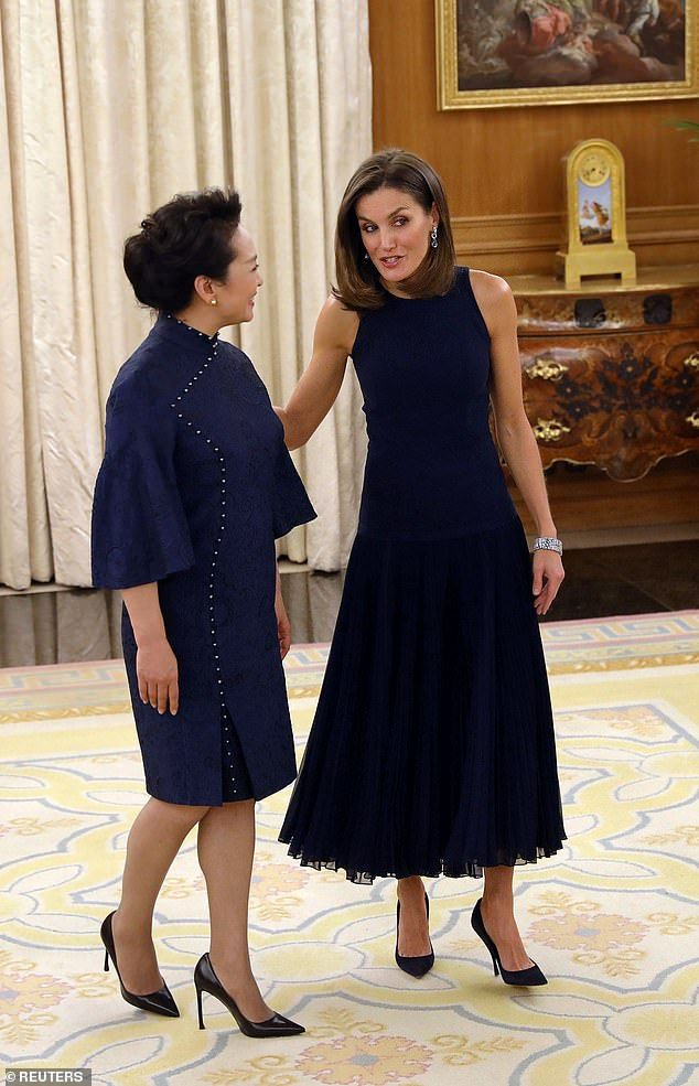 ee9c6f934 Queen Letizia of Spain, 46, (right) met with the Chinese president's wife  Peng Liyuan, 56, (left) at Zarzuela Palace in Madrid on Tuesday