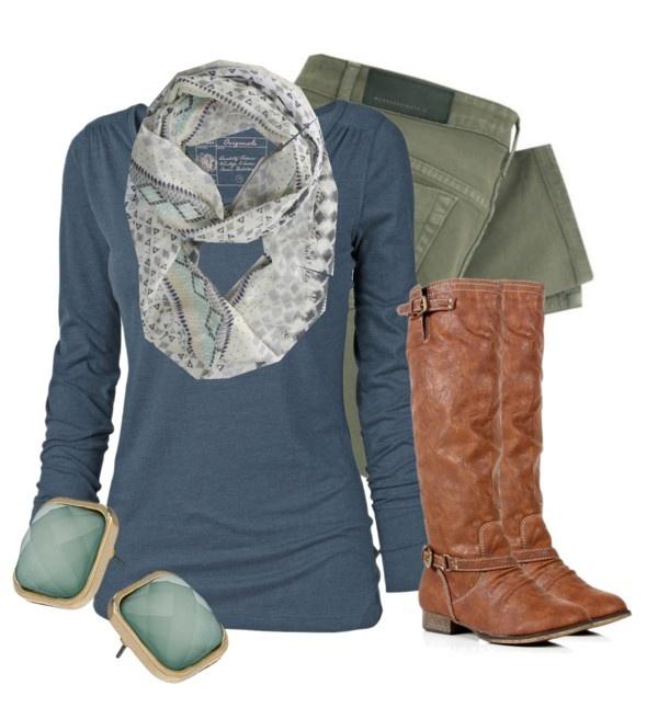 Blusa azul con pantalones verde militar y botas café claro vaqueras, aretes aguamarina y fullard estampado.