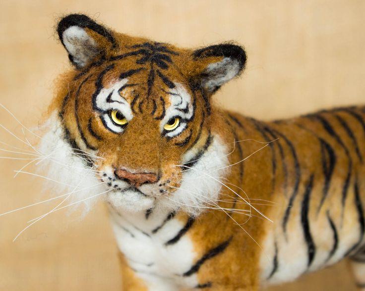 Prêt à être expédié!  Kumal est un tigre doux. Il est un tigre feutrée à l'aiguille en laine. Aiguille à feutrer est l'art de la sculpture de laine ou autres fibres avec une aiguille de fer barbelé et peut être très coûteuse en temps, mais très gratifiant. Il contient un fil «squelette», donc il peut être posé dans beaucoup de poses différentes. Il a aussi des yeux de verre et les moustaches de cheveux de cheval. Il a été fait entièrement à la main et est unique en son genre. Bien qu'ils…