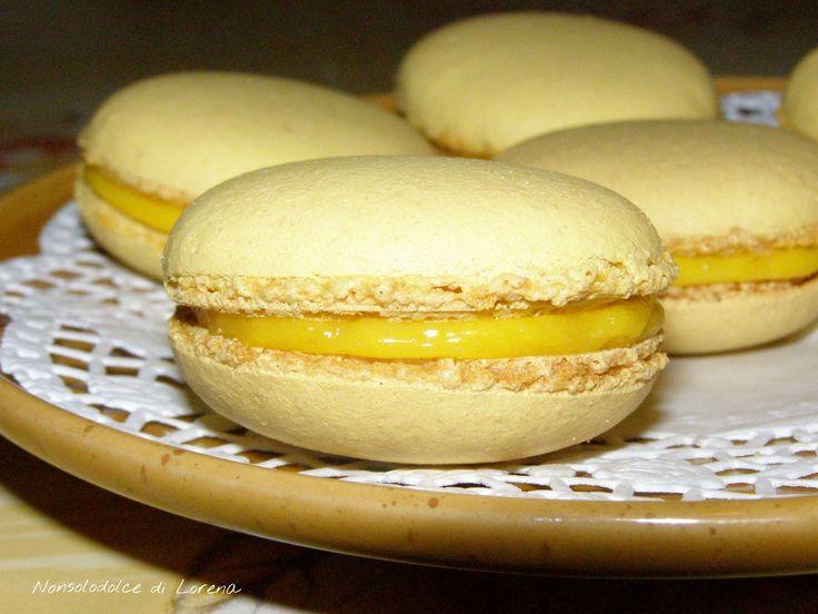 Macaron con crema al limone.. oggi vi presento i famosissimi biscottini francesi Macaron. Sono molto buoni, fatti con pochi ingredienti.