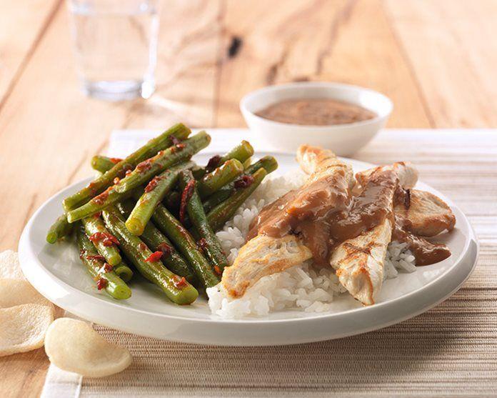 Javaanse boontjes met gegrilde kipfilet, satesaus en rijst
