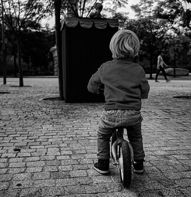 Cuarto día y cuarta foto de #7dias #7fotos y hoy si que es actual de ayer para ser exactos. Y es que resulta que en Madrid Río hay espectáculos de títeres que mantuvieron muy atento a mi pequeño explorador. Bueno muy muy tampoco ;) #bw #blancoynegro #blackandwhite #otoño #autumn #fall  #creative #impulsatucreatividad #miradashc #conmiradadepadre #camerapapa #pixel_kids #hallazgosemanal #primerolacomunidad #photooftheday #bnw_planet #titeres #childhood #child #childrenOfTheRevolution #vscohub…