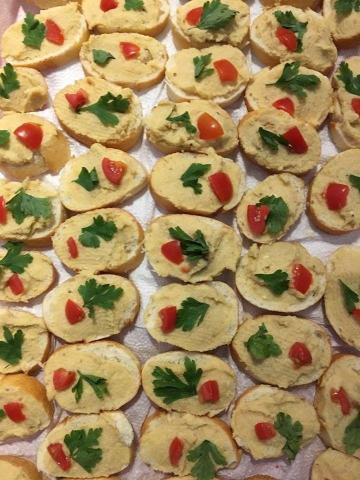 Csicseriborsó krém: 1 db konzerv csicseriborsó; 1/2 vaj; 1 fej fokhagyma; 1 ek. Myco Veggie; 1 ek. mustár; só és ízlés szerint fűszerek. Mindent mixerben jól összedolgozunk, lehűtjük. Ízlésünknek megfelelő kenyérdarabkákra, péksütikre kenjük. http://marticafe.dxn.hu/blog-2016-12-28-Finomsagok_DXN_modra