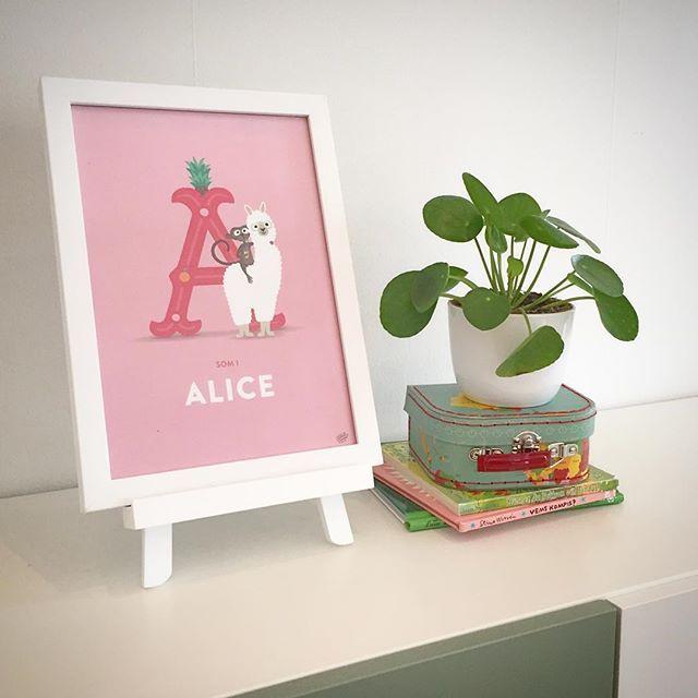 A som i apa, alpacka och Alice   #barnrum #barntavlor #barnrumsinspo #barnrumsinredning #kidsperation #finabarnsaker #barnrumsinredning #namntavla #personlignamntavla #doppresent #joannaschmidt