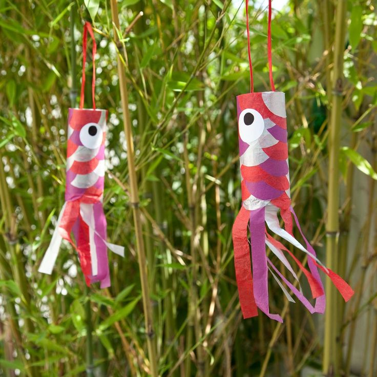 Fabriquer un koinobori en papier de soie  : Les koinoboris sont des manches à air poétiques en forme de poissons qui viennent tout droit du Japon. Ces jolies décorations colorées s'invitent dans votre intérieur. Ce modèle de koinobori, très simple à réaliser, est créé à partir d'un rouleau de papier toilette et de papier de soie pour former les écailles. Ces petits poissons devraient séduire tout la famille grâce à leurs jolies couleurs...