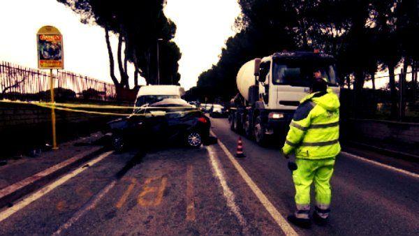 Un incidente gravissimo è avvenuto oggi su via Cassia alle porte di Roma in direzione Viterbo, quando un auto su cui viaggiava una donna e  il figlio http://tuttacronaca.wordpress.com/2013/10/04/grave-incidente-nei-pressi-di-roma-muore-una-mamma-e-il-figlio/