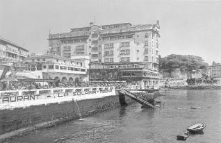Primeras instalaciones de La Solana, con el hotel Finisterre al fondo.