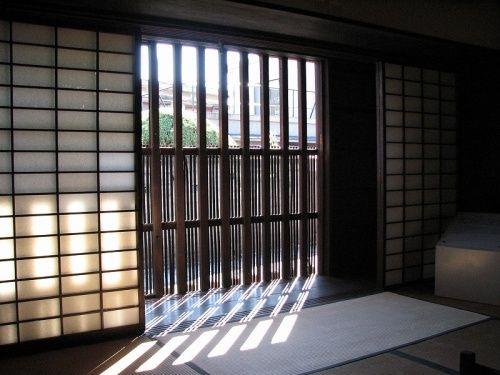 富田林寺内町で唯一一般公開されている「重要文化財」の「旧杉田家住宅」は日本家屋の美しさを改めて見直すほどの美しさでした。富田林八人衆の一つで寺内町創設以来の旧家。貞亨2年(1685)酒造株取得 造り酒屋として成功主屋は延亨4年(1747)がほぼ現在の形に整ったと思われます。頂いたプリントより簡略して書きました。