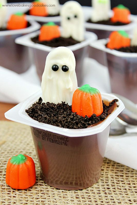 Ghost in the Graveyard Halloween Pudding Cups are an easy to make dessert perfect for the kiddos (or adults!) in your life!