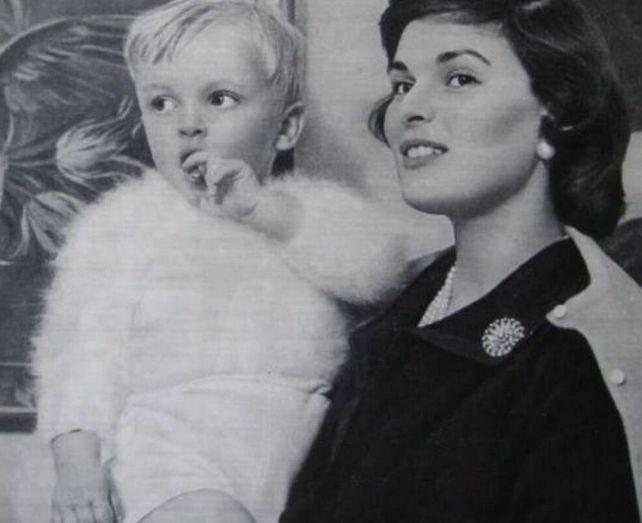 Miguel de pequeno junto a su madre Lucia Bosé