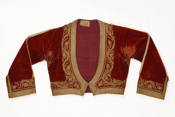 Κοντογούνι, γυναικείο, μανικωτό, κεραμέρυθρο, βελούδινο ζακέτο, που φορέθηκε αρχικά από τις αστές της Πελοποννήσου και μετά το 1835 διαδόθηκε από τη βασίλισσα της Ελλάδας Αμαλία, καθώς καθιερώθηκε ως εξάρτημα της επίσημης στολής της Αυλής. 19th century. Central GreeceAtticaAthens