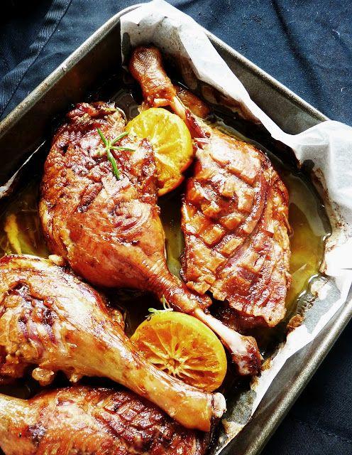 A lusta elkészítési módot titkoljuk ügyesen, a rozmaring, a vérnarancs és a pici fokhagyma szuper szaftját pedig locsoljuk a húsra, majd ...