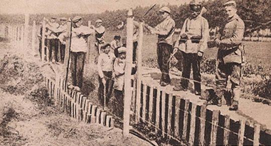BEELD 4  Wie heeft deze dodendraad opgericht? De dodendraad werd opgericht in opdracht van het Duitse bezettingsleger.