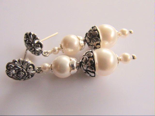 Oorbellen Chique White swarovski parels wit met mooie bewerkte kralenkap, gladde kralenkapjes en bewerkte oorsteker. geheel zilver. mooie bruids oorbellen