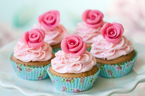 Deliziosi cupcakes con la glassa rosa in occasione della Festa della Mamma
