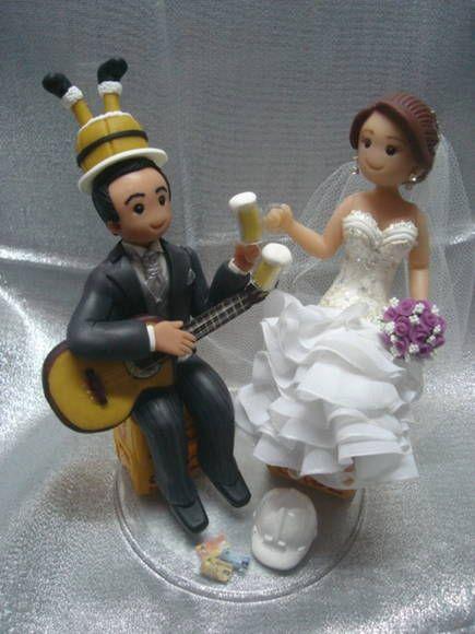 topo de bolo personalizado com caixas de cerveja, violão, capacete, canecas e chapéu de barril.