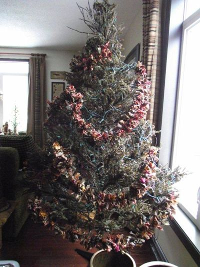Christmas Tree Decorating With Garland : Best ideas about primitive christmas tree on