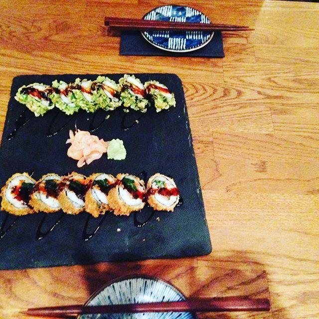 Daikan - Kölns erste Izakaya (Izakaya: eine japanische Kneipe, in der man zu den Drinks immer auch etwas zu essen bekommt.) Seit gut einem halben Jahr erfreut sich Kölns Gastroszene dieses phänomenalen Neuzuganges.  Das Konzept ist simpel und geht gerade deshalb auf: Eine kleine Auswahl japanischer Tapas, spitzen Qualität, absolut unkomplizierter Service, lässiges, sehr reduziertes Design. Und das alles auf der Maastrichter Straße. ... Dabei fühlt man sich fast so, als wäre man in einem…