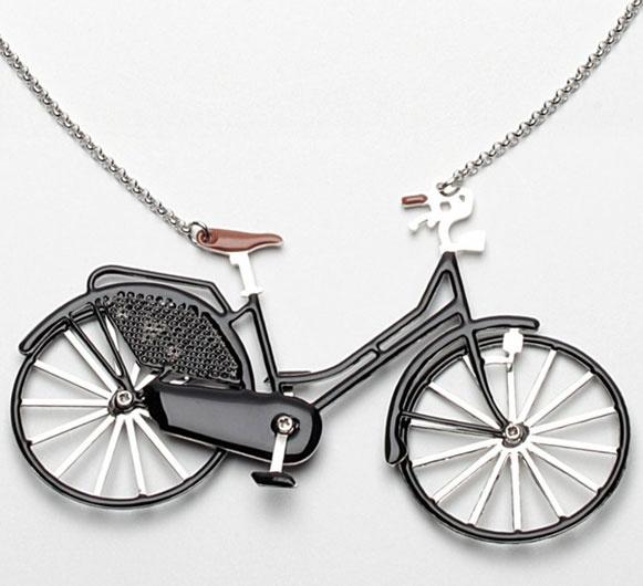 """Quem é da turma do pedal e além de tudo curte mostrar para todo mundo a paixão pelas bicicletas vai adorar estes colares! São diversos modelos de bikes - até uma com rodinhas – feitas em metal esmaltado e correntinhas de prata. Coleção da marca francesa N2, todas as magrelas medem 8 cm de largura por 5,5 cm de altura e custam 72 euros. """"Pedalantemente legaus""""!"""