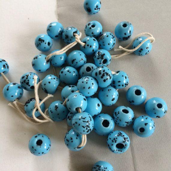 Glaskralen blauw spikkel Vintage glaskralen Boho kralen  Vintage glaskralen hebben een mooie primitieve kwaliteit. Elk meet ongeveer 14mm rond en heeft een gat van 4 mm. Speckle variaties zoals in fotos. Echt mooi blauw turkoois met zwarte spikkels als een birds ei.  14 mm w / 4 mm gat  1 bestelling = 20 stuks