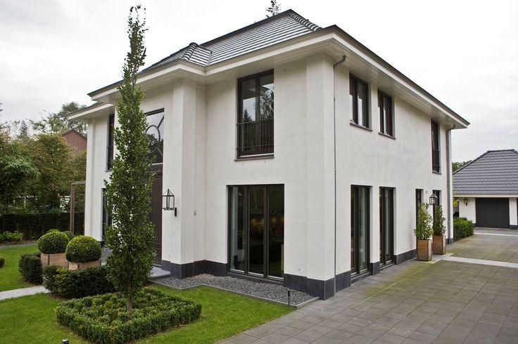 Deze statige villa is een lust voor het oog. De voorgevel is symmetrisch en strak en nodigt u uit om door de dubbele voordeur naar binnen te gaan. In de hal wordt u verrast door de prachtige, rechte trap en de symmetrie die ook binnenshuis is doorgevoerd.