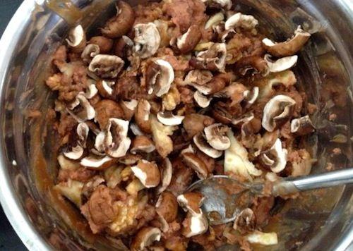 Kastanjepuree, walnoten, champignons en olijfolie. Dat is de vulling van de kalkoen.