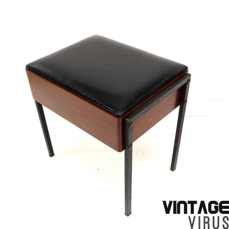 [:en]Vintage ottoman / stool[:nl]Vintage kruk van zwart skaileer