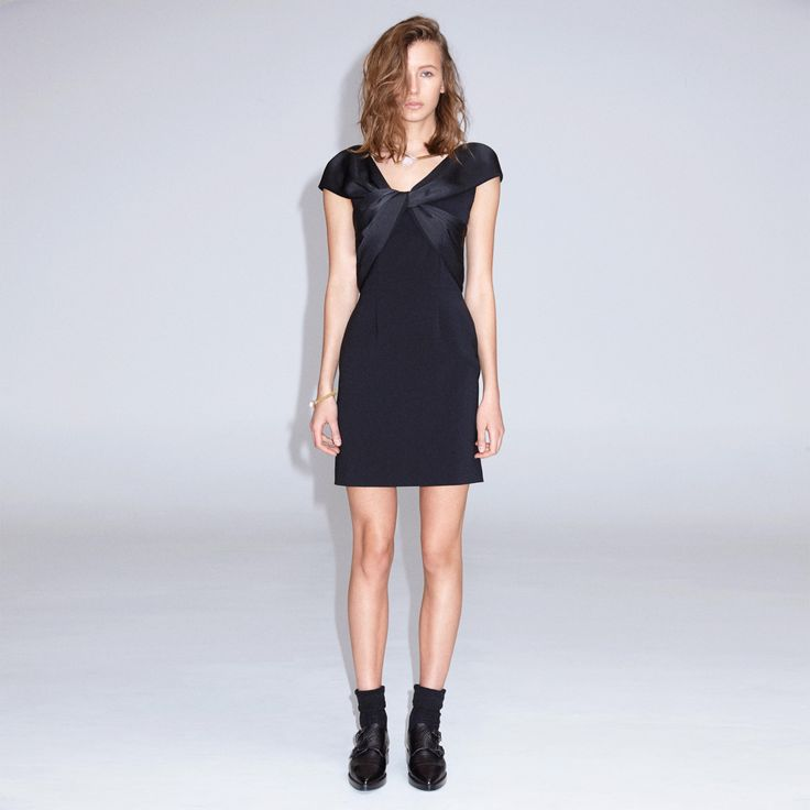 FWSS Stormur is a feminine and fitted crepe dress with a draped satin detail over the shoulders. Centre back zipper.
