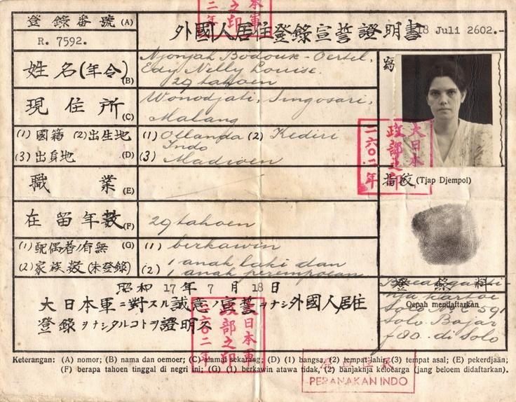 Naar een japanse identiteit  Na de capitulatie van het KNIL in maart 1942 probeerden de Japanners Nederlands-Indië in snel tempo te japaniseren. Dat gebeurde o.a. door invoering van de Japanse tijd (anderhalf uur vroeger) en de toepassing van de Japanse jaartelling. Het jaar 1942 werd het jaar 2602.