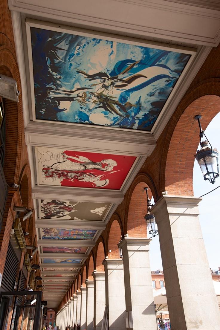 En passant par les arcades de la place du Capitole.