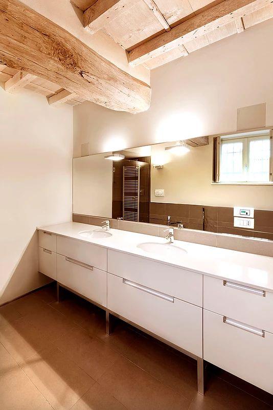 BRANDO concept  | bagno bathroom minimale soffitto legno gres bianco moderno interior design mobile da bagno