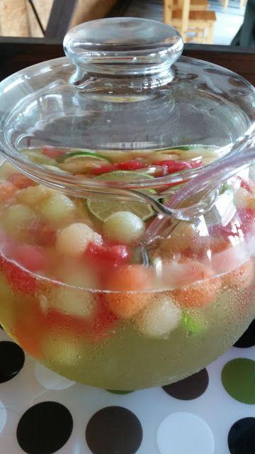 Melonenbowle. Fruchtigfrische Bowle mit Vodka, Traubensaft, melon Weincocktail, Zitronenlimonade, Limetten und Melonen.