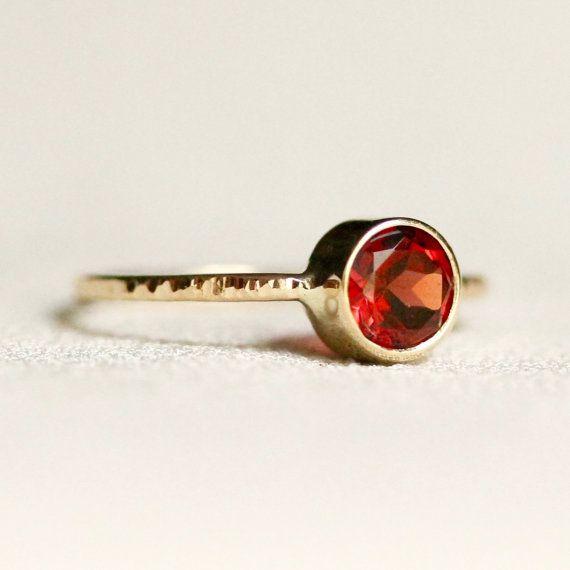 Einfache Almandin Granat Ring aus massivem 14 k Gold mit
